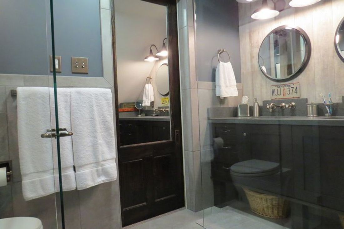 5 places to use mirrors that you might not have thought of for Small baths 1100