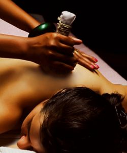 Kizhi - Massage with medicinal bundle